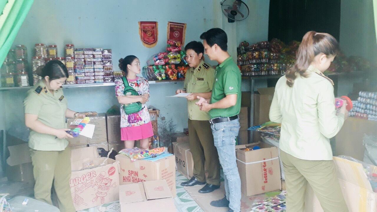 Đội Quản lý thị trường số 1 kiểm tra đột xuất cơ sở kinh doanh 45 hộp bánh kẹo nhập lậu, xử lý vi phạm hành chính với số tiền 6.000.000 đồng